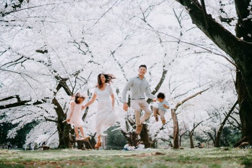 English speaking Tokyo family photographer - Tokyo vacation photography with cherry blossoms by Ippei and Janine