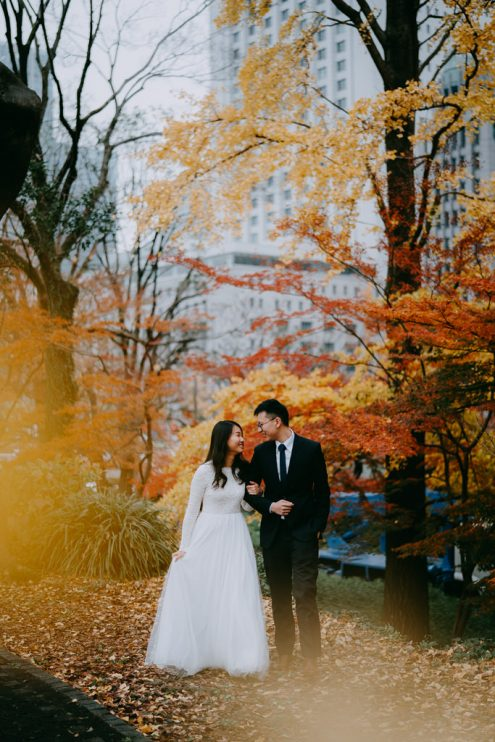 Tokyo engagement photography with autumn colors - Japan pre-wedding portrait photographer Ippei and Janine