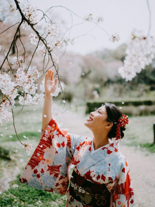 Tokyo kimono portrait photography with sakura cherry blossoms by Ippei and Janine - English speaking vacation photographer in Tokyo